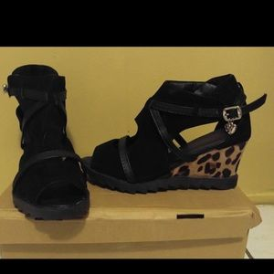 Shoes - Playful open toe platform shoe with print on heel.